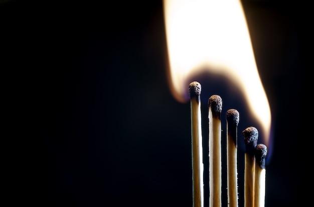 Primo piano bruciante dei fiammiferi