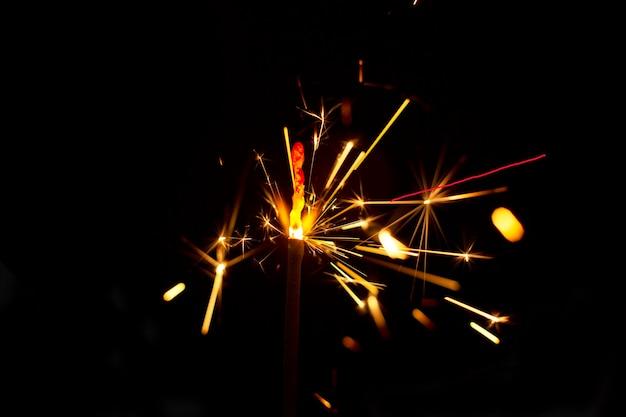 Sparkler ardente su sfondo nero