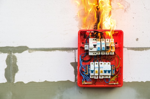 Centralino in fiamme da sovraccarico o cortocircuito a parete