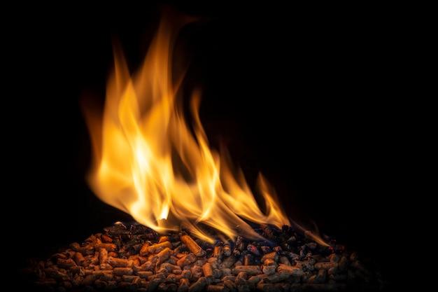 Bruciare pellet di legno, fiamma viva