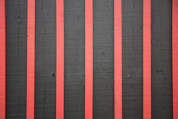 Legno bruciante struttura rossa e nera del fondo materiale e concetto della carta da parati