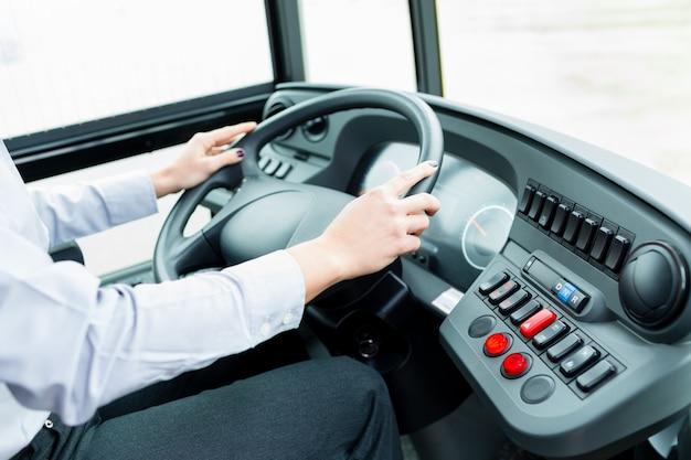 Autista di autobus in cabina di pilotaggio al volante