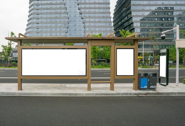 Tabellone per le affissioni della fermata dell'autobus sul palco (qingdao, cina)