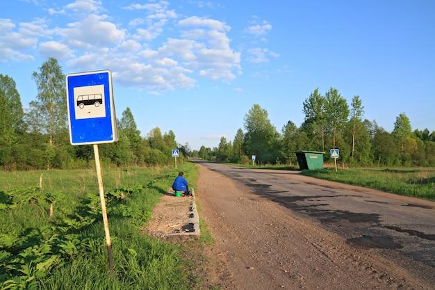 Fermata dell'autobus su strada rurale