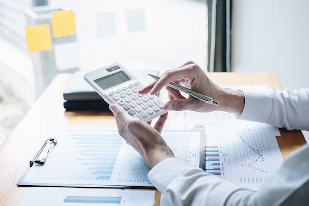 Ragioniere di affari che analizza e calcola la dichiarazione finanziaria del bilancio del rapporto annuale di spesa