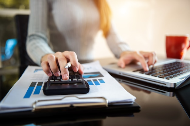 Ragioniere aziendale o esperto finanziario analizza il grafico del rapporto aziendale e il grafico finanziario. attività bancaria e ricerche di borsa. in ufficio