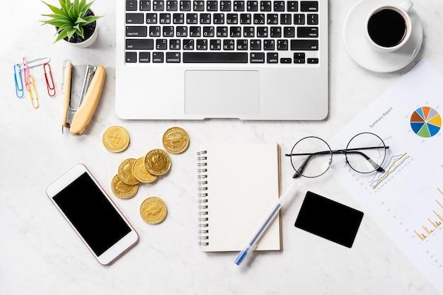 Concetto di affari, contabilità e pagamento con dati di report finanziari su un moderno tavolo da ufficio in marmo, mock up, vista dall'alto, copia spazio, piatto laici