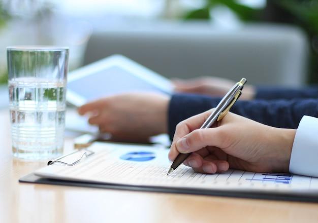 Consulente aziendale che analizza i dati finanziari che denotano lo stato di avanzamento del lavoro dell'azienda.