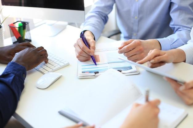 Consulente aziendale che analizza i dati finanziari che denotano lo stato di avanzamento del lavoro dell'azienda