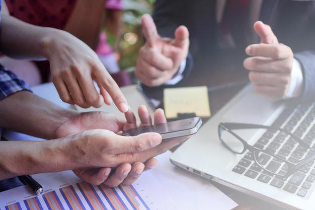 Consulente aziendale che analizza i dati finanziari che denotano i progressi nel lavoro