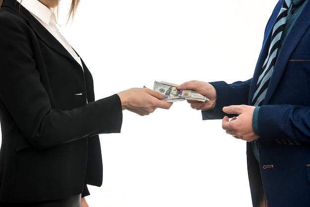 Accordo commerciale tra i partner. l'affare del dollaro.