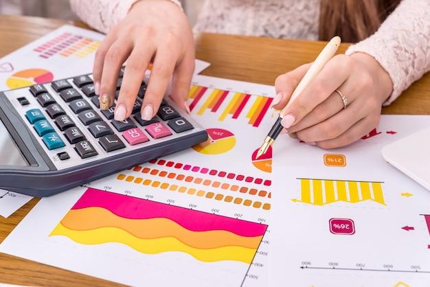 Analista aziendale che lavora con report, grafici e diagrammi
