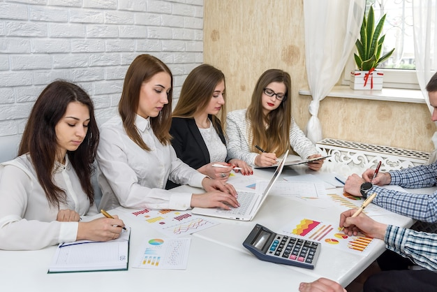 Analisti aziendali in ufficio durante la riunione e la discussione