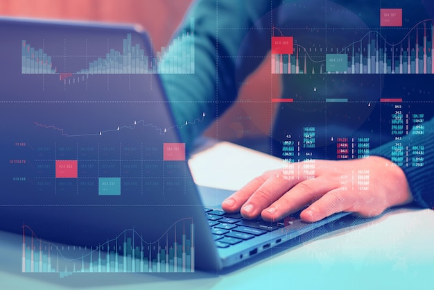 Analisi aziendale (ba) con il concetto di dashboard degli indicatori chiave di prestazione (kpi). l'uomo d'affari lavora al computer.
