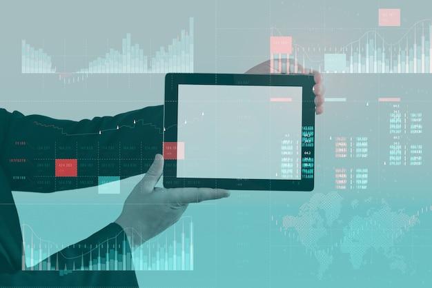 Analisi aziendale (ba) con il concetto di dashboard degli indicatori chiave di prestazione (kpi). modello di tablet con schermo bianco. l'uomo d'affari lavora al computer.