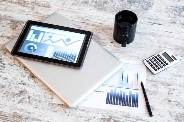Business analytics con un tablet pc e un laptop