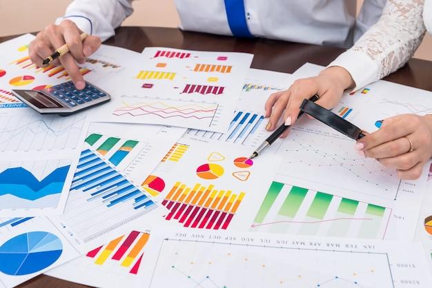 Analisi aziendale e lavoro di squadra, grafici finanziari e diagrammi