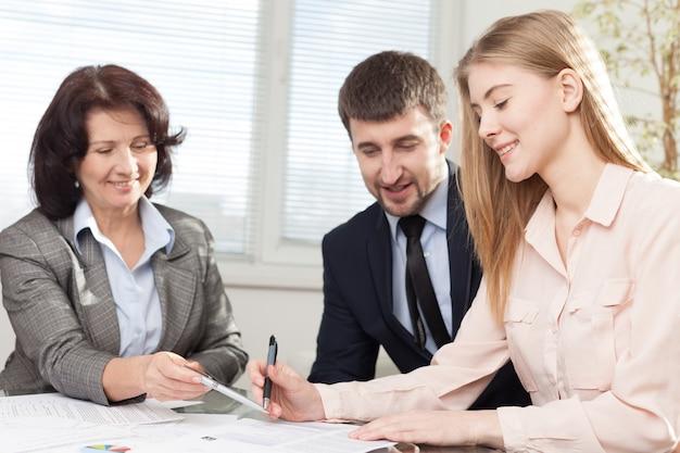 Business, architettura e concetto di ufficio - felice team di architetti e designer in ufficio