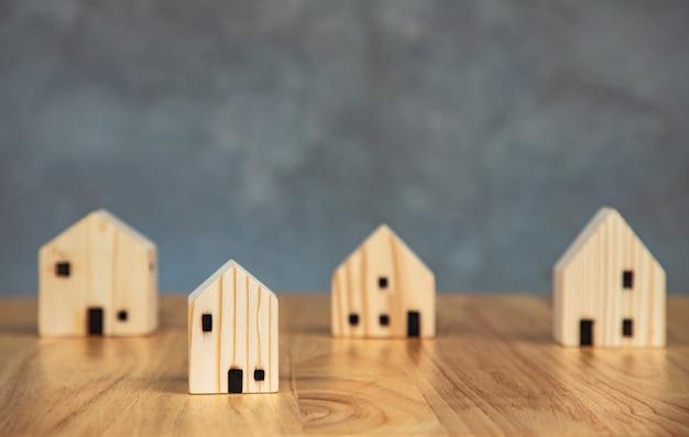 Idee di ipoteca sulle attività commerciali del blocco di casa in legno sul muro di cemento uso per sito web o banner concetto immobiliare