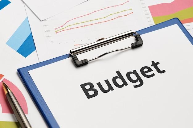 Concetto di documento di bilancio aziendale su grafici e rapporti.
