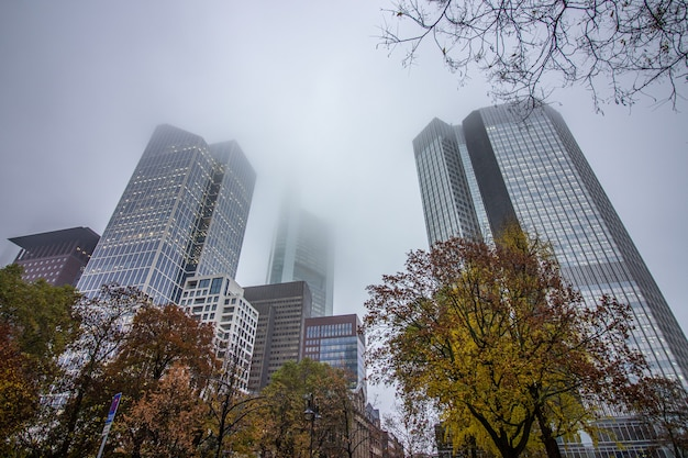 Edifici commerciali in una giornata nuvolosa a francoforte.