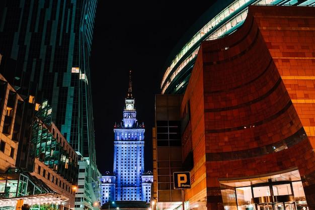 Edifici commerciali di varsavia in polonia alla luce delle luci notturne