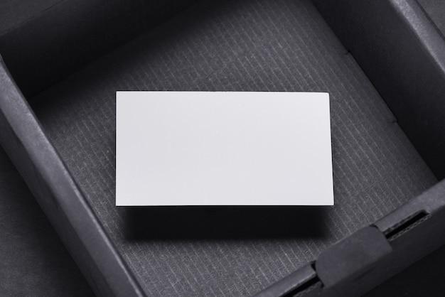 Biglietto da visita all'interno della scatola nera vuota, mocup