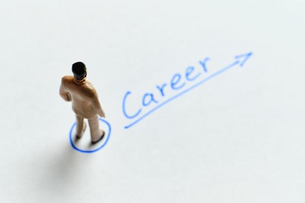 Concetto di crescita della carriera aziendale e freccia in alto.