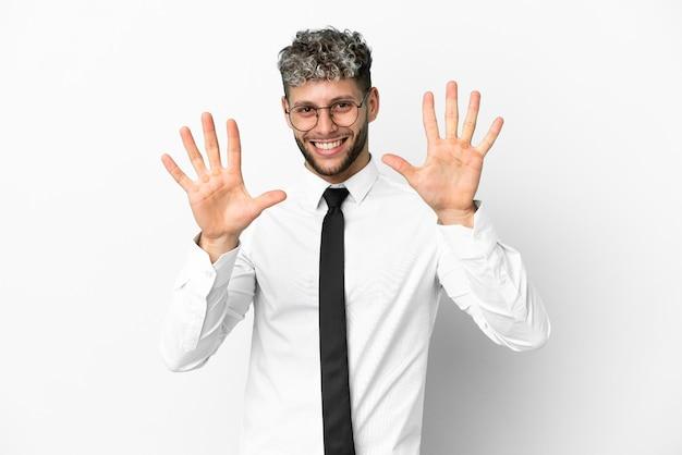 Uomo caucasico di affari isolato su sfondo bianco contando dieci con le dita