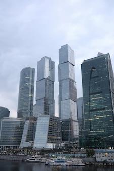 Centro d'affari in una grande città con alti grattacieli la sera
