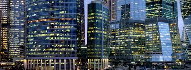 Edifici del grattacielo business center con vista notturna di finestre panoramiche