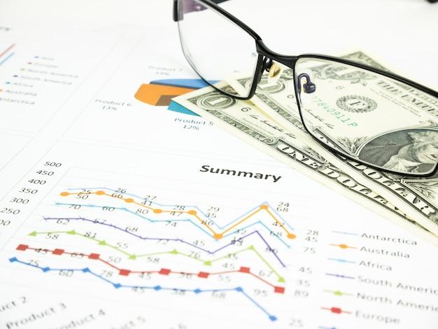 Diagramma di affari vicino ai dollari dagli occhiali unfocused, concetto finanziario