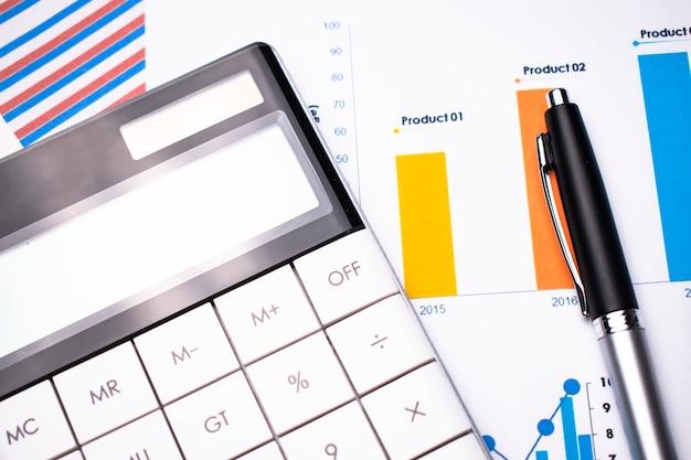 Grafico aziendale che mostra il successo finanziario nel mercato azionario con penna e calcolatrice