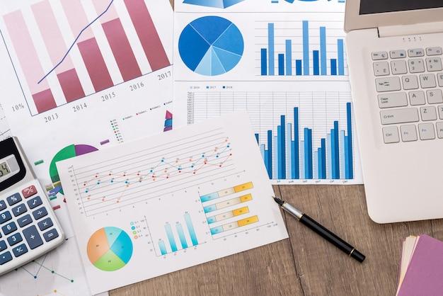 Grafico di affari con calcolatrice e laptop