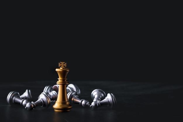 Gioco di scacchiera aziendale di strategia aziendale e tattica sul tavolo di legno retrò