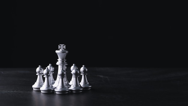 Gioco da tavolo di scacchi di strategia aziendale e tattica sul tavolo di legno retrò Foto Premium