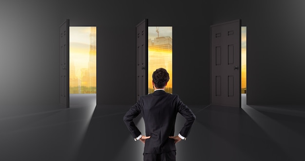 Scelte di business per selezionare per decidere di investimento supporto dell'uomo d'affari