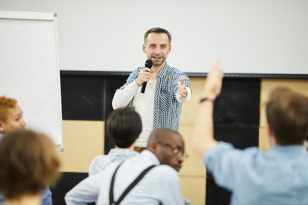Business coach rispondendo alla domanda del pubblico