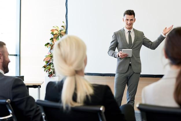 Allenatore di affari che dà discorso