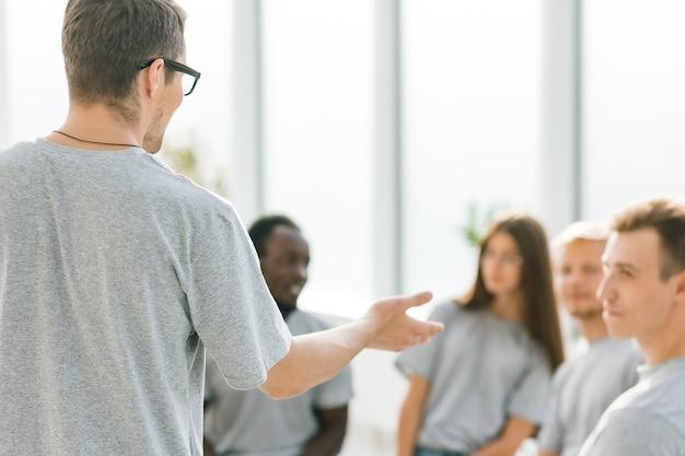 Business coach tiene un dibattito con un gruppo di giovani