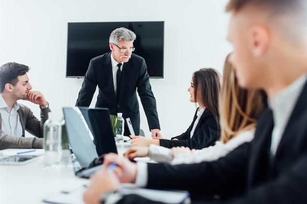 Colleghi di lavoro in sala riunioni durante la presentazione.