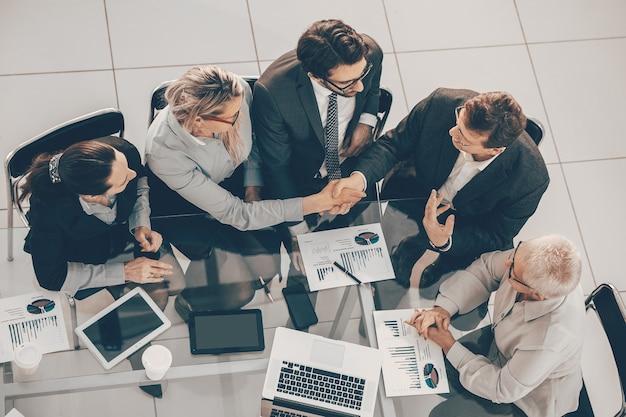 Colleghi di lavoro che si congratulano a vicenda per il loro successo