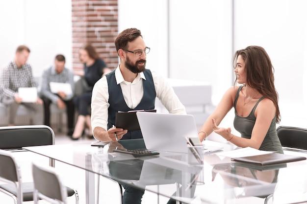 I colleghi di lavoro discutono di questioni aziendali