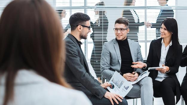 Colleghi di lavoro per discutere i dati finanziari in una sala conferenze. concetto di affari