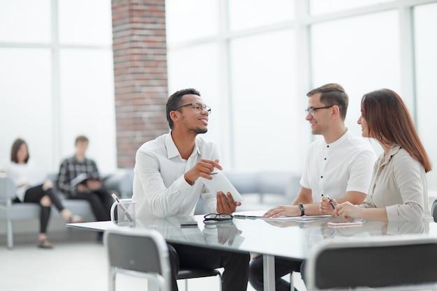 Colleghi di lavoro che discutono di nuove opportunità. persone e tecnologia