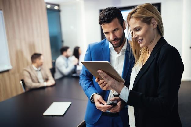 Colleghi di lavoro che si incontrano nella sala conferenze in un ufficio moderno