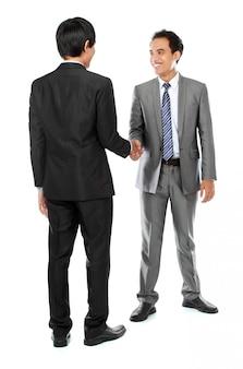 Colleghi di lavoro si stringono la mano