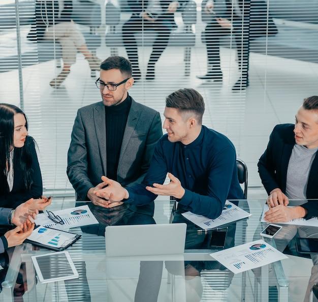 Colleghi di lavoro che parlano delle loro idee in una riunione di lavoro. concetto di lavoro di squadra.