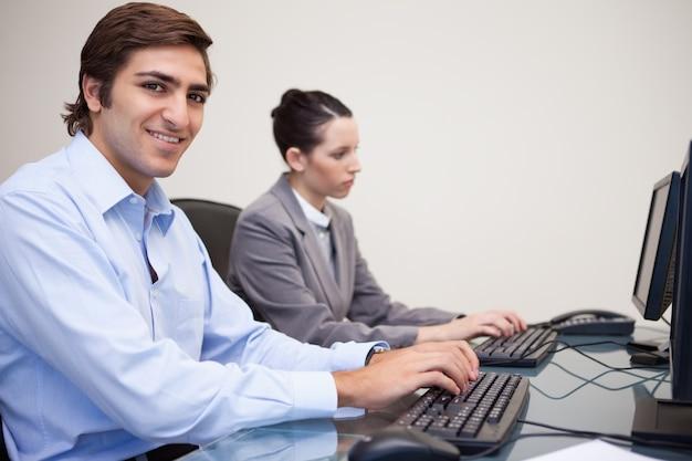 Colleghi di lavoro utilizzando computer in ufficio