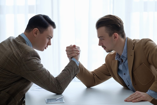 Concorrenza e rivalità tra imprese. lotta a braccio di ferro per la superità